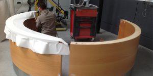 revêtement d'un comptoir par un placage d'un placage de couleur uni