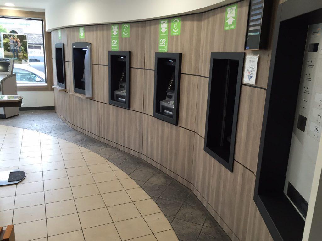 Renovation de guichet automatique d'une banque grâce au revêtement effet bois