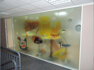cloison vitrée dans un bureau habillée par un vinyl adhésif imprimé