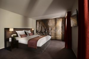 Décoration et personnalisation de chambres d'hotel grâce à des toiles tendues et papier peints personnalisables.