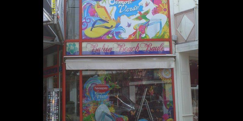 habillage de l'ensemble des vitrines d'une boutique par un décor imprimé